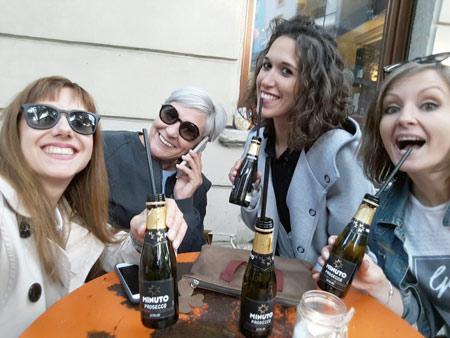 ミラノで大人気のストローで飲むプロセッコ