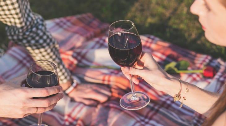あなたのワイングラスの持ち方はローカルマナー?それとも国際マナー?